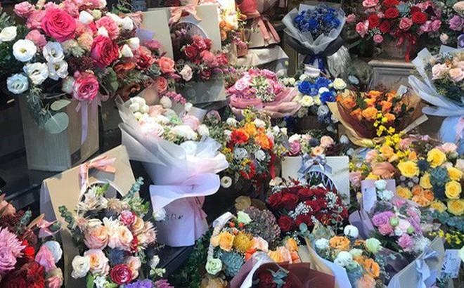Giá hoa tươi tăng mạnh trước ngày 20/10, rộ mốt 'siêu to siêu khổng lồ'