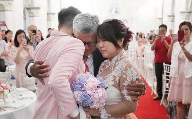 """Bức thư """"chạm đáy trái tim"""" của ông bố gửi con gái ngày đi lấy chồng: """"Cuộc đời chẳng có ai được sống ngon ngọt như những quả táo tàu..."""""""
