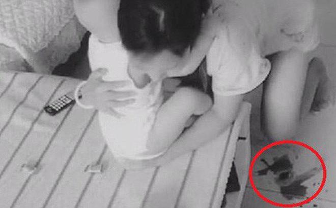 Lắp camera theo dõi vì nghĩ vợ lạnh nhạt với mình, chồng liền chứng kiến được cảnh tượng không thể đau lòng hơn