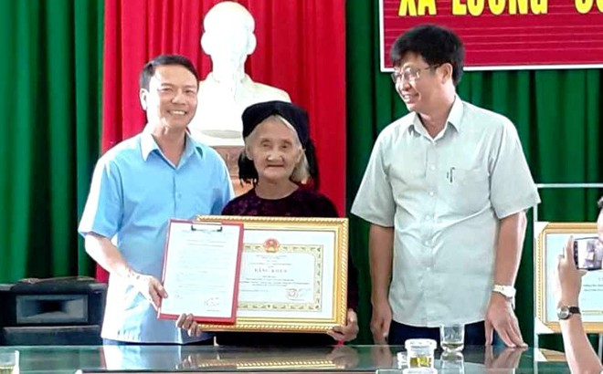 Cụ bà đạp xe lên xã xin thoát nghèo được Chủ tịch tỉnh tặng Bằng khen