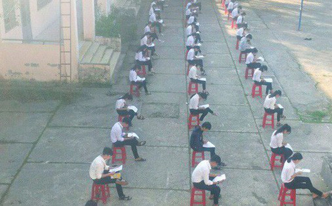Choáng trước cảnh học sinh Hậu Giang ngồi giữa sân trường làm bài thi, có muốn quay cóp cũng khó mà được