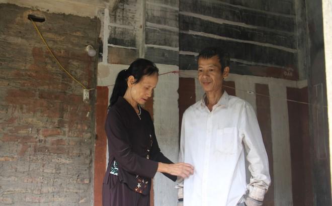 Bà mẹ 73 tuổi nuôi con tâm thần làm đơn xin ra khỏi hộ nghèo