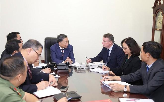 Bộ trưởng Tô Lâm điện đàm với Bộ trưởng Nội vụ Anh về 39 thi thể trong container