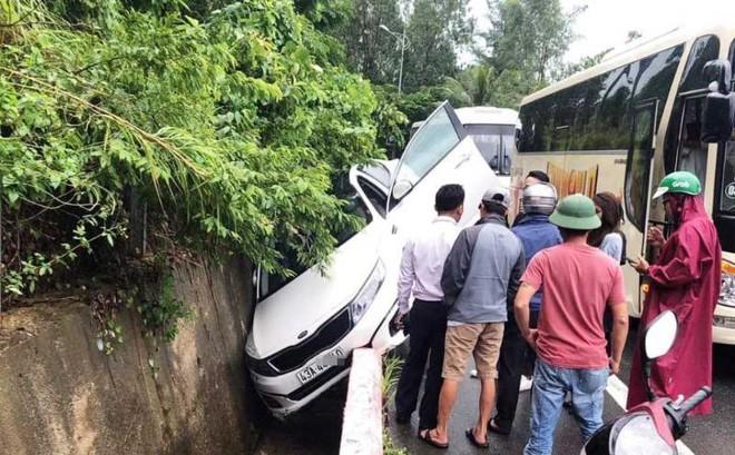 Ô tô 4 chỗ va vào vách núi tại bán đảo Sơn Trà
