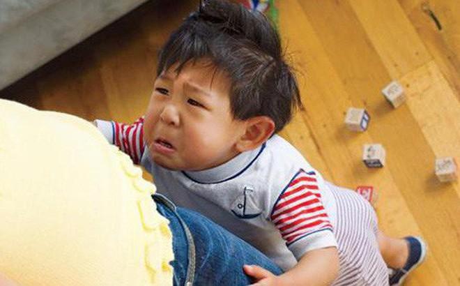 Con ngã va đầu vào bàn rồi nằm lăn ra khóc, bố chỉ nói 1 câu đơn giản mà cậu bé đỏ bừng mặt, thôi không khóc lóc ăn vạ ngay lập tức