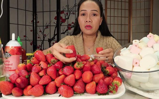 """Vinh Nguyễn Thị - Vlogger """"cực phẩm"""" gây sốt nhất hiện nay ăn 1 quả dâu làm clip cám ơn hơn chục người, choáng hơn khi mang mắm ruốc, tương ớt để chấm dâu"""