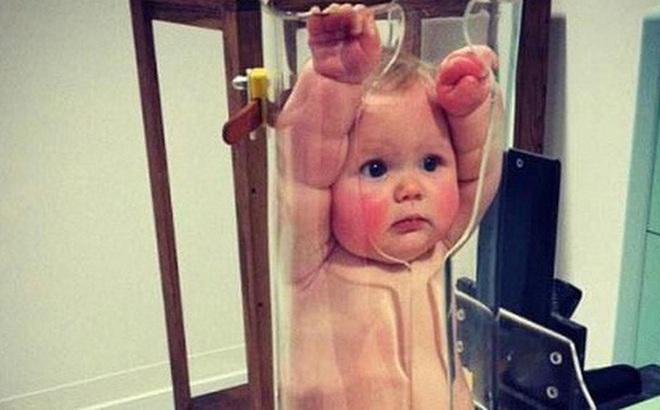 Tưởng trẻ bị phạt nhốt vào ống thủy tinh, khi biết sự thật người xem lại chuyển hết sự chú ý sang biểu cảm của các bé
