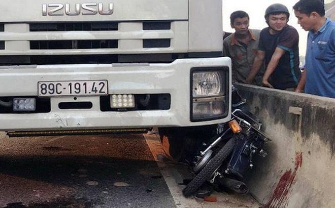 Va chạm với xe tải, 3 nữ sinh bị tông văng khỏi xe máy