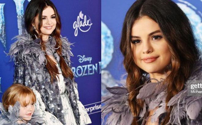 """Thảm đỏ """"Frozen 2"""": Selena Gomez gây bão vì đẹp xuất thần, hôn em gái cùng cha khác mẹ thắm thiết"""
