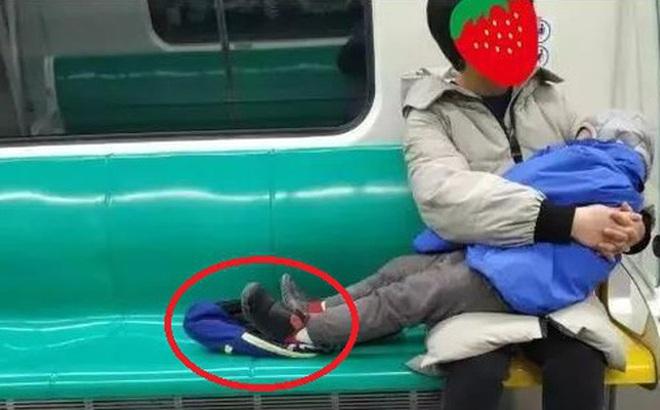 Con nhỏ ngủ say sưa trên tàu, người mẹ thực hiện 1 động tác khiến dân mạng xuýt xoa: Đứa trẻ sẽ có tương lai đầy triển vọng