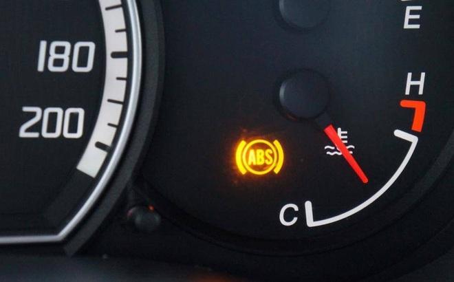 Đèn phanh ô tô sáng liên tục, kiểm tra ngay kẻo mất an toàn