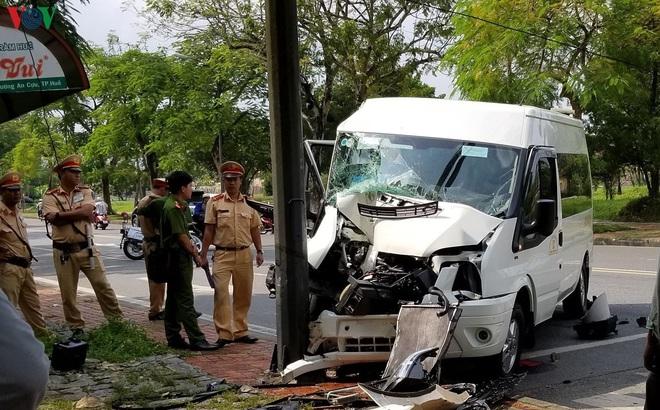 Thừa Thiên Huế: Xe du lịch tông trụ đèn tín hiệu, 6 người bị thương
