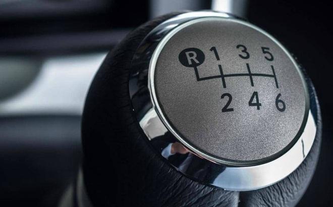Khi xe đang đi, vào nhầm số lùi có ảnh hưởng đến động cơ?
