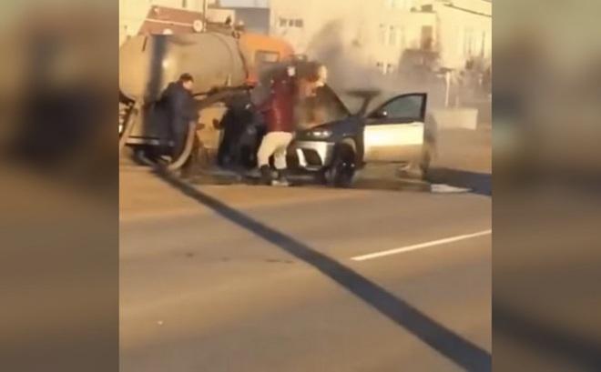 Xe hút bể phốt xuất hiện như người hùng, phun phân dập lửa trên BMW