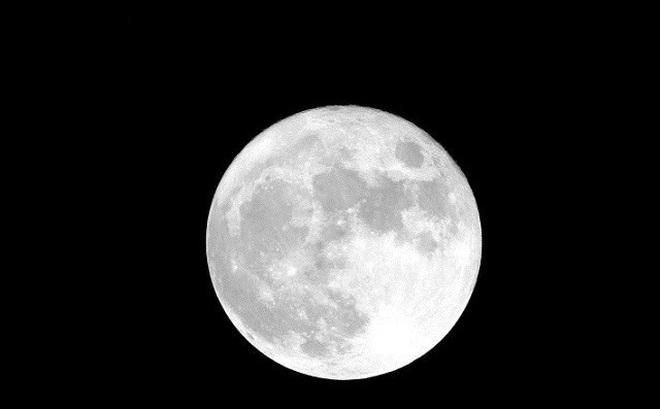 Nếu Mặt trăng tiến sát Trái đất, điều gì sẽ xảy ra?