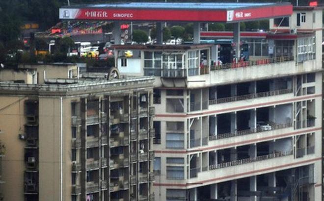 Tòa nhà kỳ lạ ở Trung Quốc bỗng nhiên có cả cây xăng trên tầng thượng và trệt