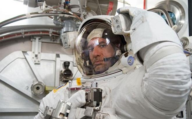 Tại sao phi hành gia lúc đi mặc áo trắng, lúc về phải mặc áo màu cam?