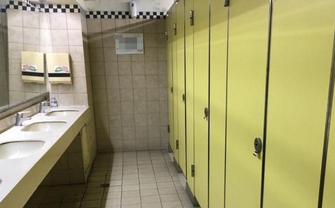 Bố dắt con gái vào nhà vệ sinh nữ trong khi mẹ bên ngoài nghịch điện thoại, câu chuyện khiến dân mạng tranh cãi nảy lửa