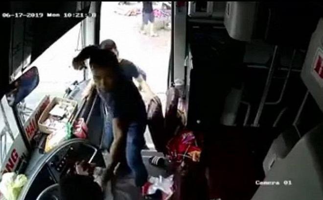 Clip: Côn đồ lộng hành tấn công tài xế và phụ xe khách tuyến Hải Phòng - Vinh