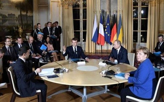 Video: Khoảnh khắc bối rối của nhà lãnh đạo Ukraine lần đầu gặp Tổng thống Putin