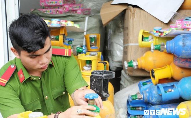 Bắt xe tải chở 78 bình 'khí cười' cung cấp cho vũ trường ở Đà Nẵng