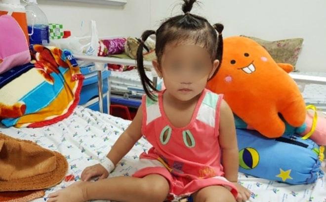 Bé gái 3 tuổi liệt nửa người nguy kịch vì đột quỵ nhồi máu não nhưng bị bệnh viện địa phương chẩn đoán nhầm