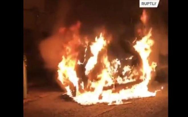 Xe ngoại giao Thổ Nhĩ Kỳ bị đốt cháy tại Hy Lạp
