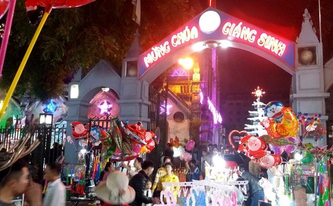 """Hàng chục người ăn xin """"bủa vây"""" Nhà thờ lớn Hải Dương trước đêm Noel"""