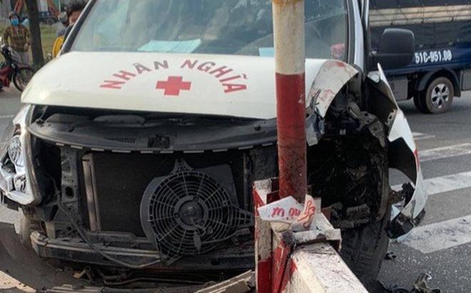 Xe máy va chạm xe cứu thương, 2 người nguy kịch