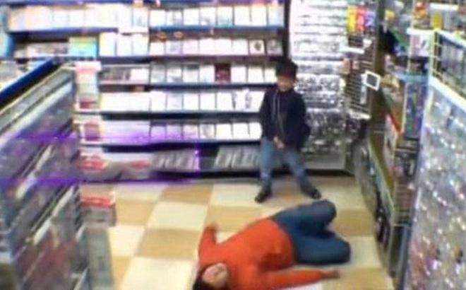 Con nằng nặc đòi mua đồ chơi, bố áp dụng chiêu cao tay nằm lăn ra ăn vạ giữa siêu thị khiến con sợ hết hồn