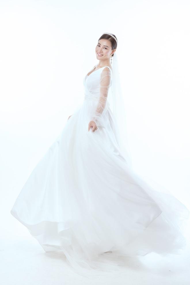 Diễn viên Thanh Hương xinh đẹp lộng lẫy trong lần thứ 2 mặc váy cưới - Ảnh 2.
