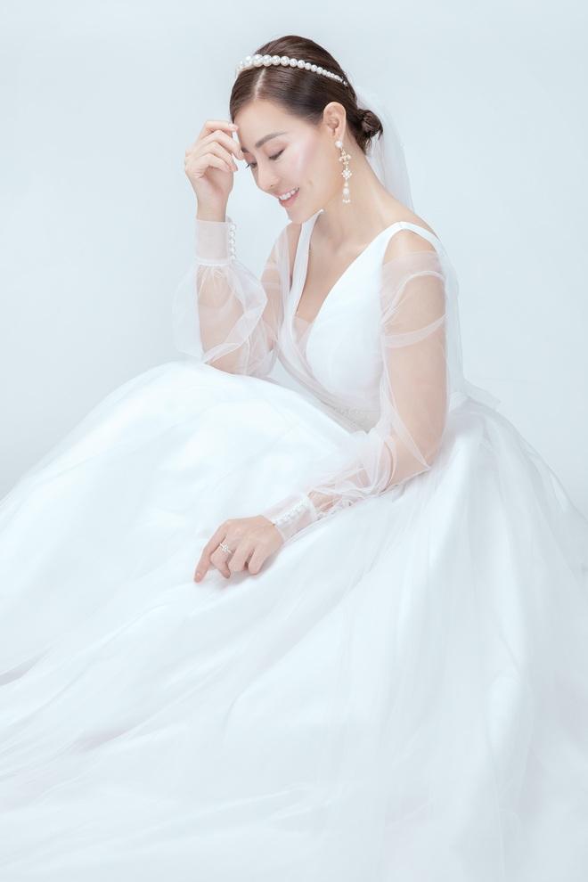 Diễn viên Thanh Hương xinh đẹp lộng lẫy trong lần thứ 2 mặc váy cưới - Ảnh 5.