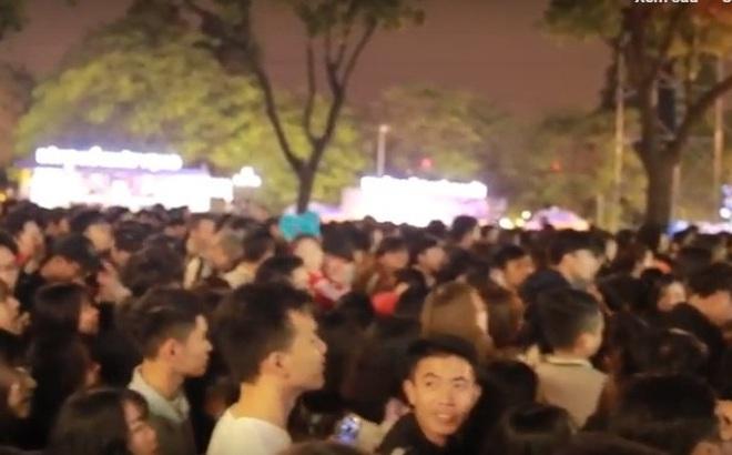 Hàng nghìn người Hà Nội tập trung trên phố đi bộ chào đón năm mới 2020