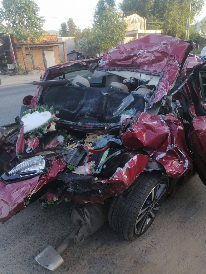 Xe tải tông loạt ô tô dừng đèn đỏ, xe đón dâu bẹp dúm ở Bình Thuận - Ảnh 1.