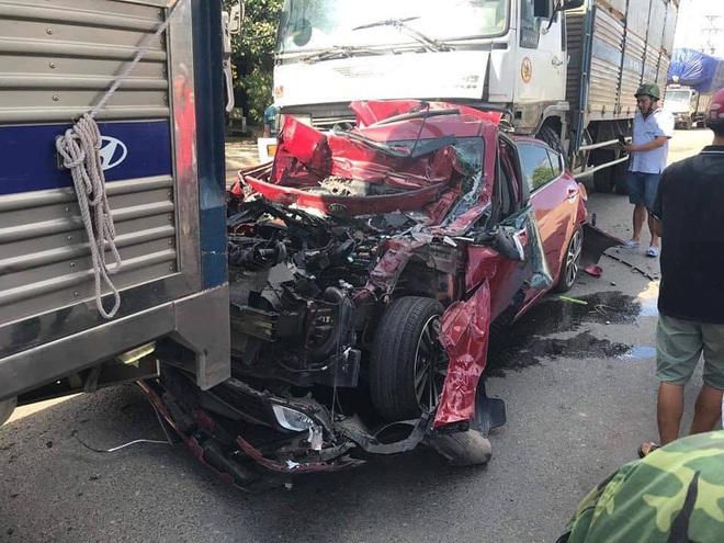 Xe tải tông loạt ô tô dừng đèn đỏ, xe đón dâu bẹp dúm ở Bình Thuận - Ảnh 2.