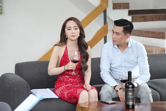 Cảnh Việt Anh bế bổng, hôn cuồng nhiệt Quỳnh Nga: Đạo diễn cáu, dọa nếu không làm được thì cắt vai - Ảnh 1.