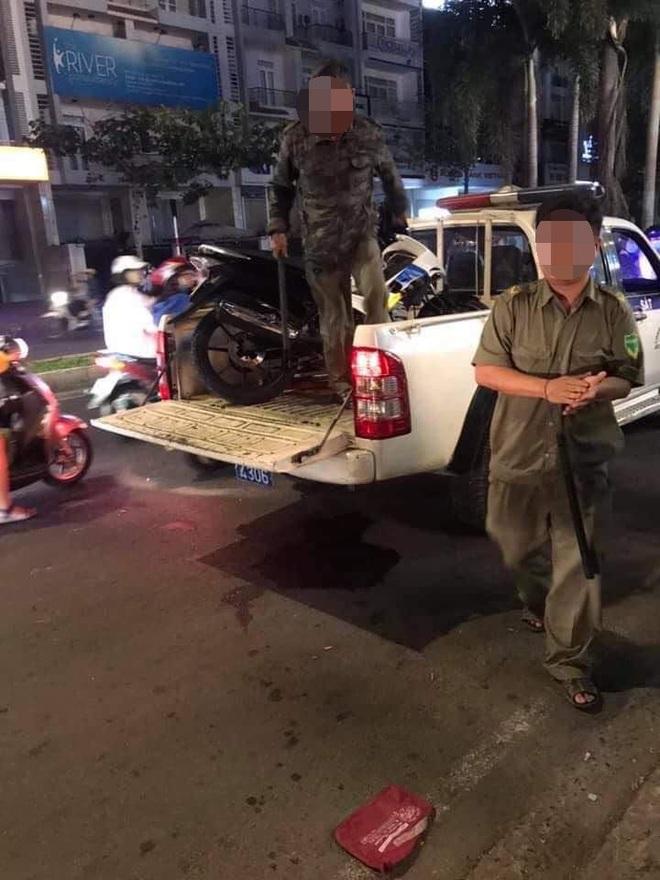 CLIP: Thanh niên giật điện thoại bị tạm giữ, cả nhà lao vào giằng co với công an để giải vây - Ảnh 2.