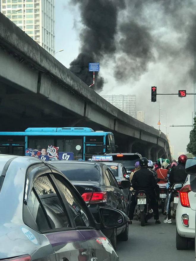 Clip: Ô tô bốc cháy dữ dội trên phố Hà Nội, cảnh tượng khiến tất cả xôn xao - Ảnh 4.