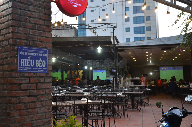 Sợ bị phạt nồng độ cồn, người hâm mộ bỏ quán nhậu, đổ đến cafe xem trận Việt Nam - UAE - Ảnh 1.