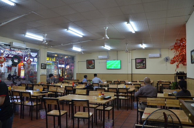 Sợ bị phạt nồng độ cồn, người hâm mộ bỏ quán nhậu, đổ đến cafe xem trận Việt Nam - UAE - Ảnh 4.