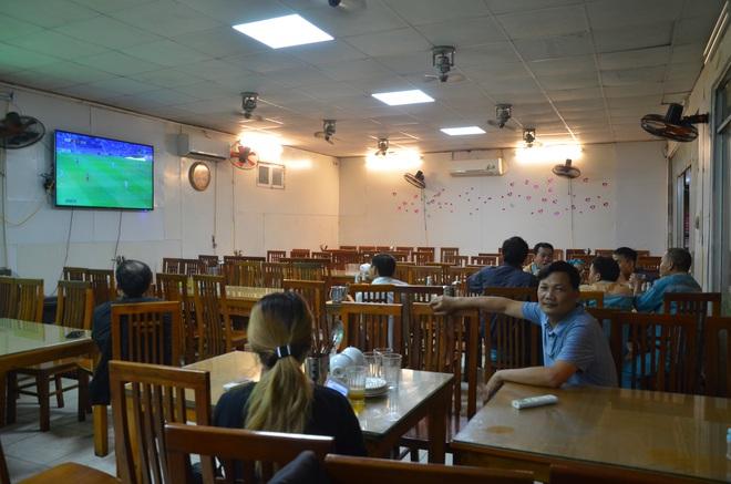 Sợ bị phạt nồng độ cồn, người hâm mộ bỏ quán nhậu, đổ đến cafe xem trận Việt Nam - UAE - Ảnh 6.