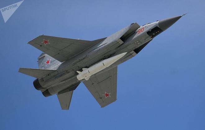 Mỹ vừa khoe tên lửa nhanh, nguy hiểm, Nga lập tức bắn tên lửa siêu vượt âm Kinzhal - TT Putin đích thân thị sát - Ảnh 2.