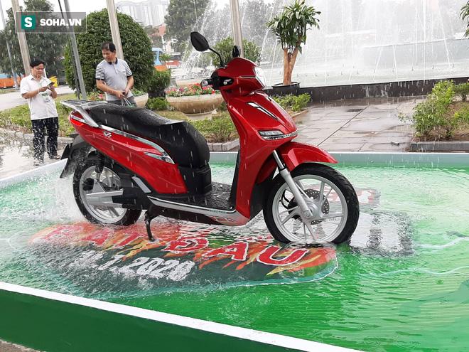 Một siêu phẩm xe máy vừa ra mắt, giống với Honda SH nhưng giá chỉ bằng 1/3 - Ảnh 1.
