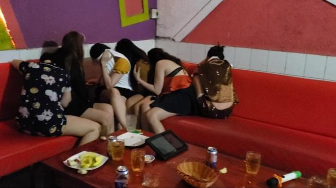 Đột kích quán karaoke, công an bắt quả tang 7 nữ tiếp viên khoả thân phục vụ khách - Ảnh 1.