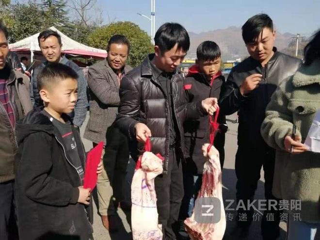 Giữa thời buổi thịt lợn đắt hơn vàng, một trường học chơi lớn thưởng nóng học sinh giỏi 30kg thịt khiến phụ huynh hò hét vì sung sướng - Ảnh 1.