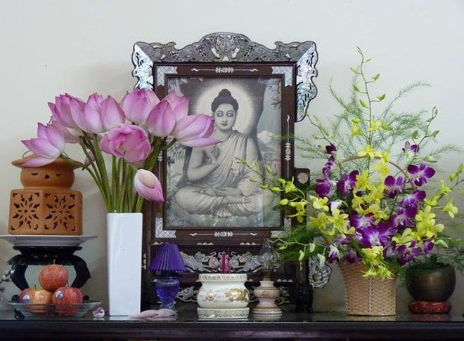 Những loại hoa nên chưng trên bàn thờ dịp Tết cho năm mới thịnh vượng, an khang - Ảnh 1.
