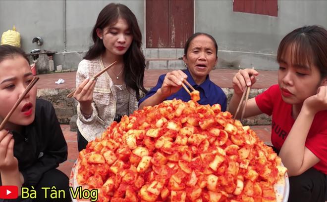 """Bà Tân Vlog làm kim chi củ cải nhưng cách bà mời """"các cháu ăn"""" lại khiến nhiều người bất ngờ"""