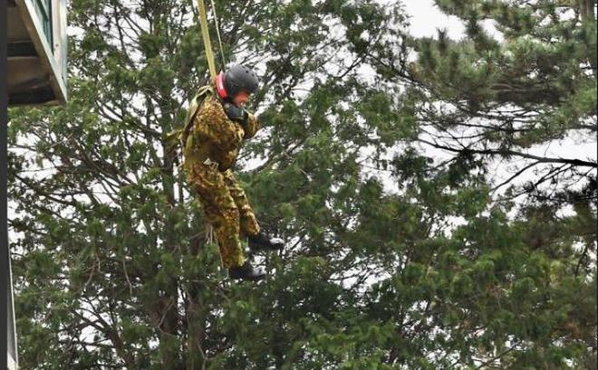 Bộ trưởng Quốc phòng Nhật Bản nhảy dù làm mẫu trong diễn tập quân sự Mỹ-Nhật