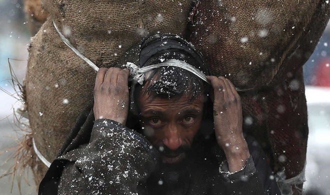 24h qua ảnh: Người đàn ông ôm băng để rửa tội trong năm mới - Ảnh 7.