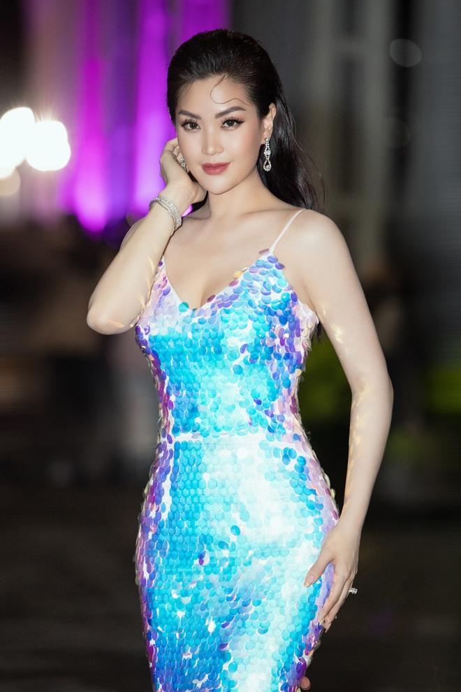 Hoa hậu Lương Thùy Linh vấp ngã trên thảm đỏ - Ảnh 15.
